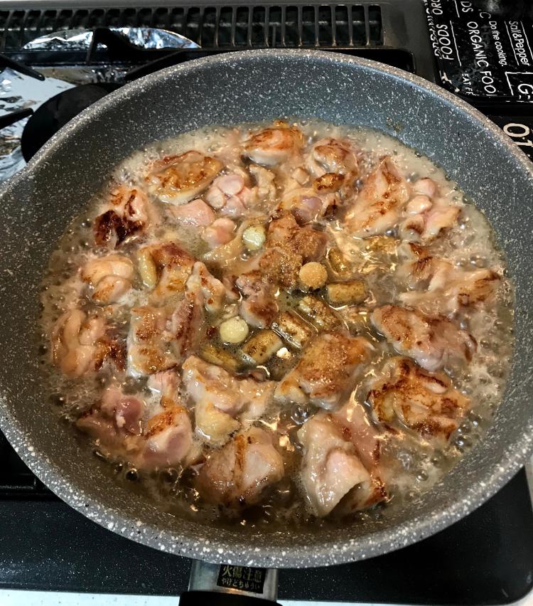 <p>6.ゴボウを入れ、軽く炒めたら、水カップ2を入れる。<br /> 醤油、酒、みりん各大さじ2、砂糖大さじ1を入れ、蓋をして5分ほど煮込む。</p>