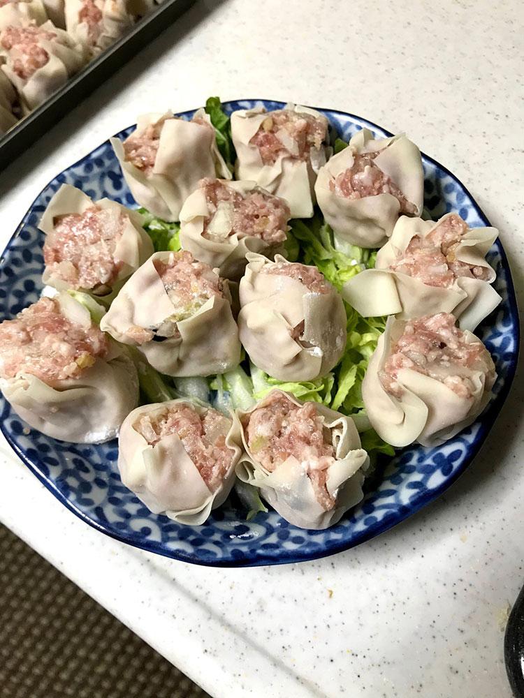 <p>5.蒸しシュウマイは、お皿に白菜の千切りを引き、その上に焼売を並べる。</p>