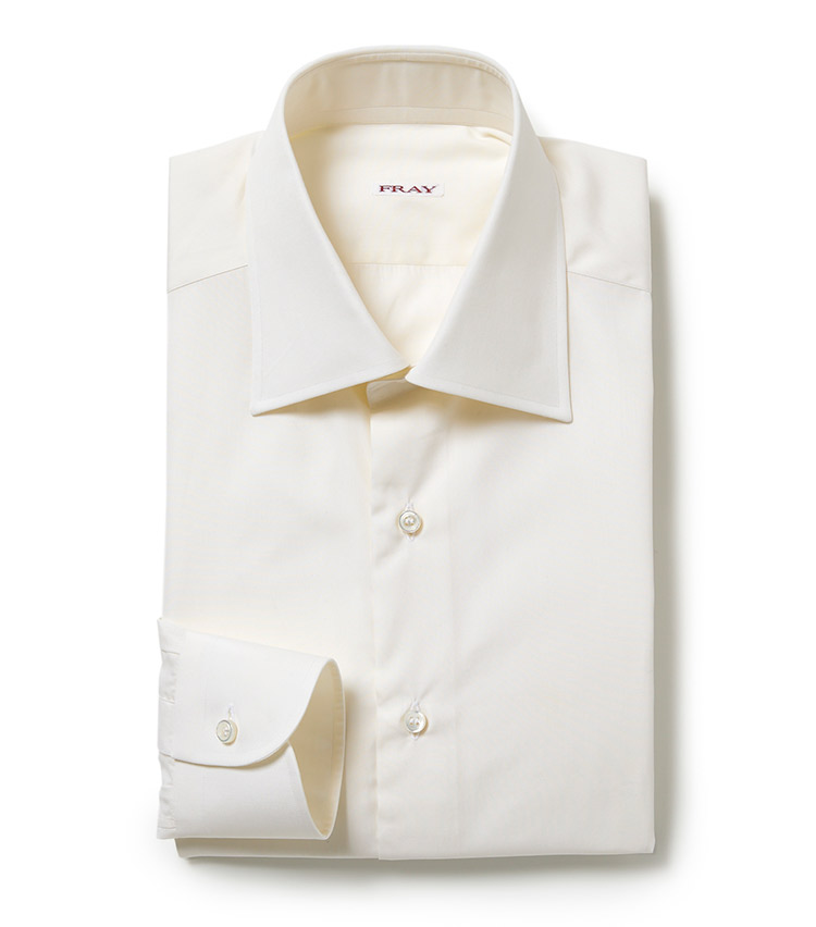 <p><strong>■FRAY</strong><br /> バーニーズ ニューヨークのエクスクルーシヴモデルとなるセミワイドカラーの「タミジ」を採用し、着心地にこだわり、幻のコットンと呼ばれるシーアイランドコットンを使用した一着。「シンプルで洗練されたパターン、ステッチワークの精緻さ、そして厳選された素材、それらが相まって生み出されるシャツは、他のブランドにはない端正な表情を兼備。今シーズンらしいアイボリーカラーがスタイリングに奥行きを与えます」。<br /> 5万4000円(バーニーズ ニューヨーク)</p>