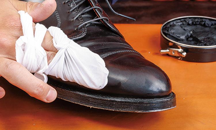 <p><strong>3. ワックスがけ(3分)</strong><br /> 靴表面のスレによるダメージの軽減には、同系色の色付きワックスを塗布。「ベースとなるワックスはまだ残っている状態なので、少量を軽く馴染ませるだけで傷が消えます」</p>