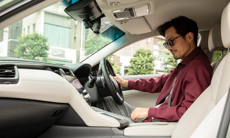 <p>シートはスポーティな造りで、走行中も接地感や安定感を感じられることができる。全高を低く抑えたスタイリングながら、長時間のドライブでも疲れないようにゆったりとした空間を確保。フロントシートは背もたれから、サイド、肩、太ももの裏まで大きく包み込んでくれる。</p>