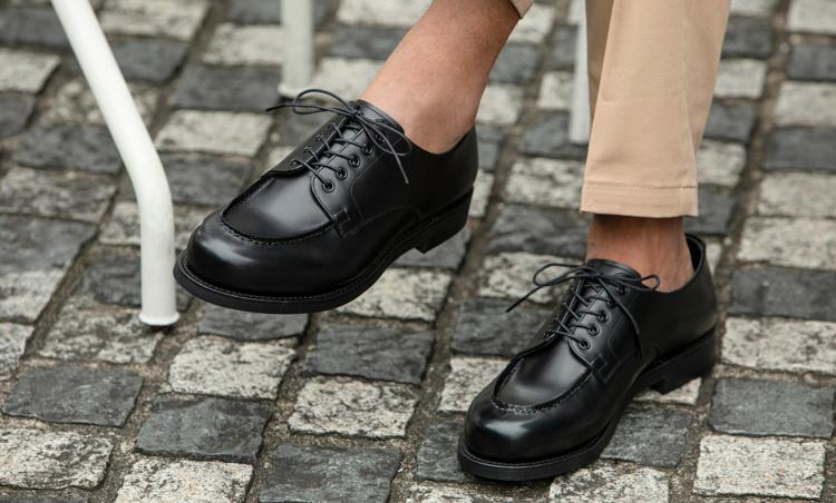 <p>街履きに欠かせないのが、良心的な価格で堅実な靴を生み出す山陽山長が新たに立ち上げたレーベル、「ヤマチョウ・メイド」のUチップ。日本人の足型に合わせたラストなので、長時間、履いていてもストレスゼロ。ヴィブラムを配合したソールで、石畳からラフグラウンドまで幅広い状況に対応してくれるのも心強い。</p>