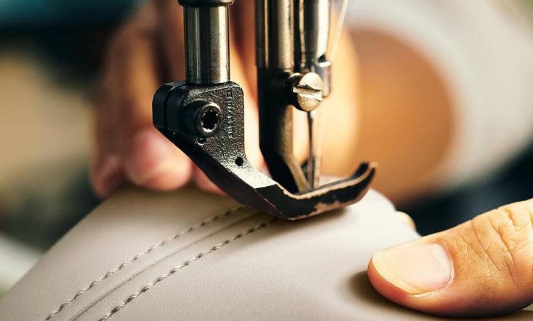 <p>シートはミシンの縫製と手張りの造り込みを組み合わせることで、上質感を高めている。ミシン目のアングルにまでこだわった緻密な縫製技術の賜物。</p>