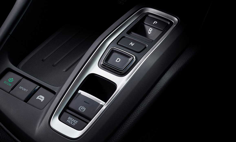 <p>ボタン式のシフトセレクターを採用したことで、コンソール周りのスペースもすっきり。各ボタンの形状が異なるため、注視することなく操作可能。3つの走行モードもワンタッチで選べる。</p>