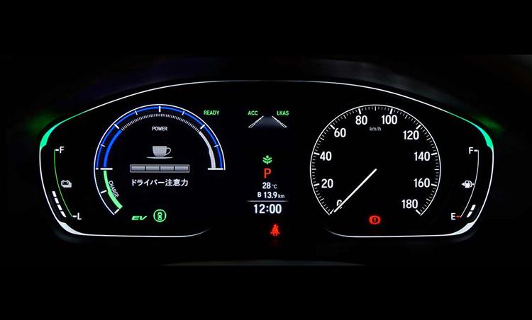 <p>ドライバー注意力モニターを搭載。走行時のステアリング操作から、居眠り運転や不注意運転を検知してくれ、ディスプレーには注意力レベルが表示される。</p>