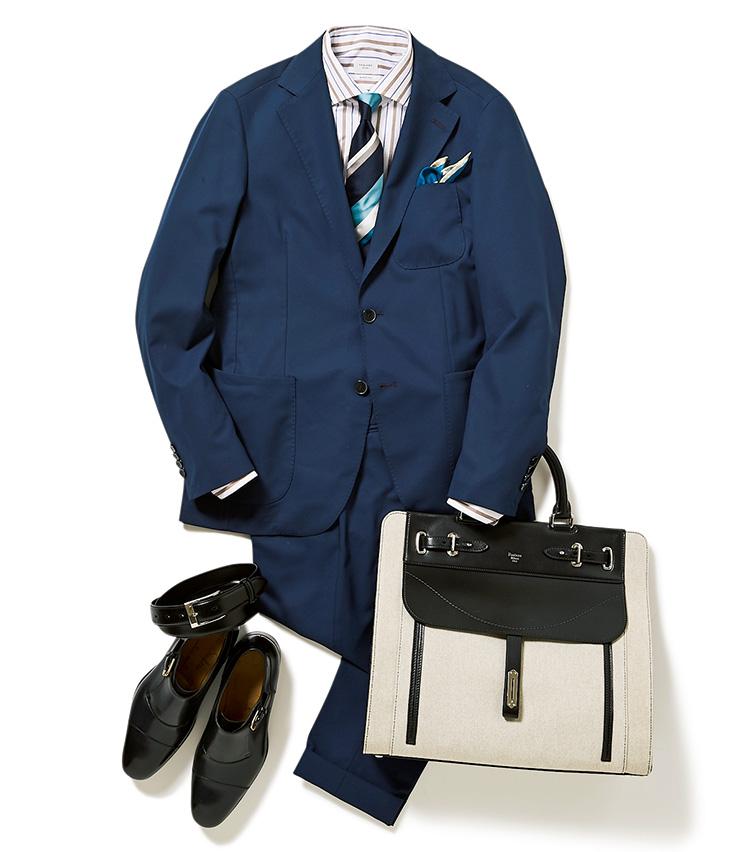 <p>シルクの艶に加え、白場の多さもエレガントに見せるレジメンタイ。こういう華やかなタイを仕事で使うときは、くっきりした縞のシャツで引き締めるといい。</p>