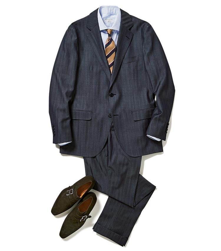 """<p>細縞のシャツと太縞のタイの合わせ。このくらいピッチが違えば""""スト×スト""""合わせもうるさくならない。色合い的にも王道の青×茶ゆえ、ネイビースーツと最高の相性を見せる。</p>"""