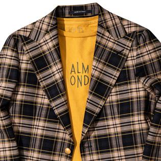 ポップな色のTシャツをジャケットと合わせるには?【1分で出来る胸元お洒落】