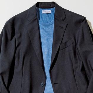 紺ジャケットを若々しく着こなすには?【1分で出来る胸元お洒落】