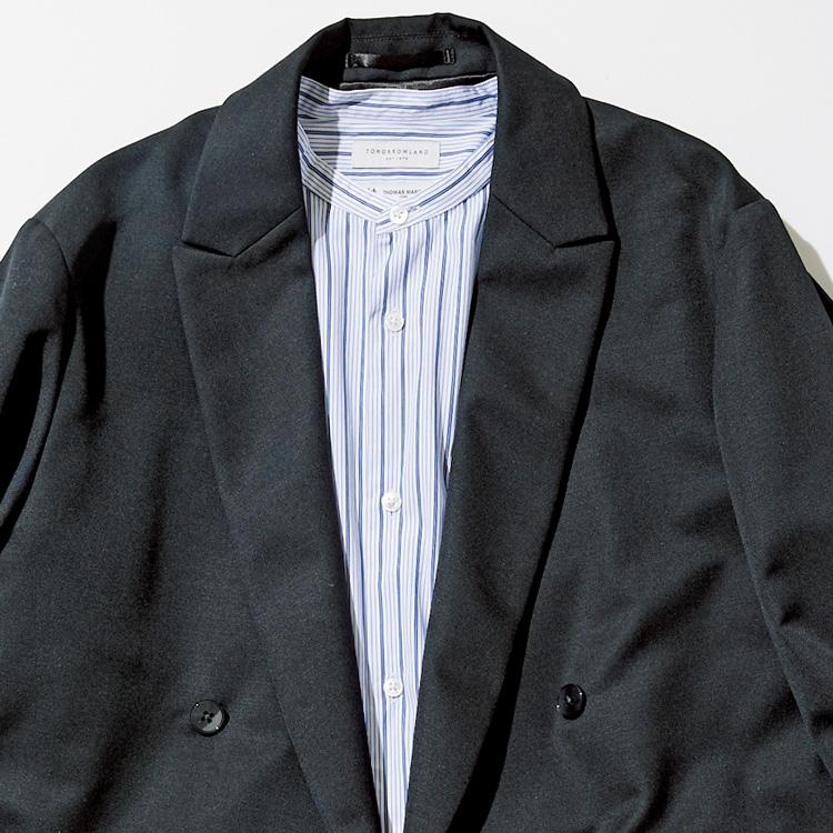 <p><strong>10位<br /> 「シャツをノータイで着る」とき、軽快に見せるには?【1分で出来る胸元お洒落】</strong><br /> 重厚感のある印象のダブルジャケット。ネクタイを締めてきっちりとクラシックに纏め上げるのも良いが、インナーを工夫して軽快に着こなしてみるのも良いだろう。写真はバンドカラーシャツを合わせたもの。ノータイで軽快な印象を与えつつ、レギュラーカラーシャツのネクタイを外しただけとは違った印象に装える。<br /> <small>(2020年9月号掲載)</small></p>