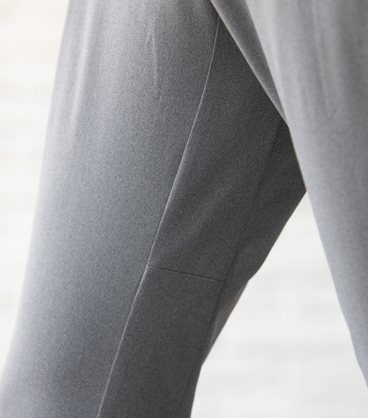 <p><strong>下半身が動かしやすい内股切替え</strong><br /> パンツの内股にも切り替えが施され、ストレッチ性も相まって動きやすさ抜群。足さばきがよいため、颯爽と歩くことができる。</p>