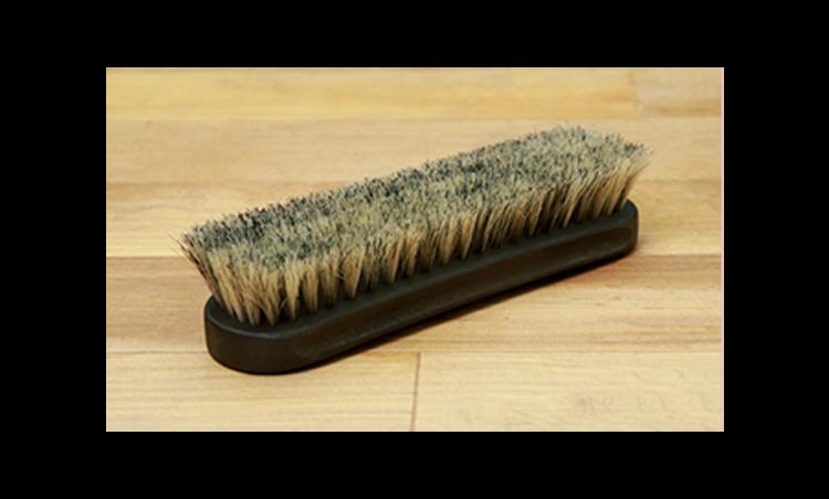 <p>「馬毛ブラシ」は、最初の汚れ落としと、一番最後の仕上げに使います。<br /> <small>馬毛ブラシ4800円/紗乃織</small></p>