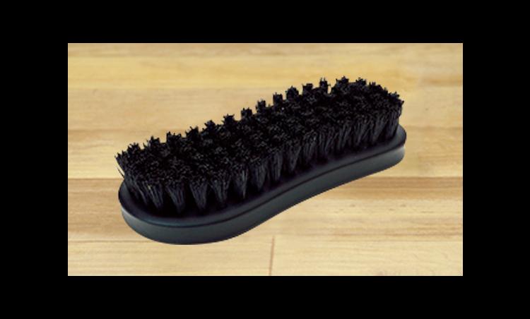 <p>「豚毛ブラシ」は、靴の栄養補給など、クリームの塗り込みに使います。<br /> <small>豚毛ブラシ8000円/ブートブラック(コロンブスお客様相談室フリーダイヤル)</small></p>