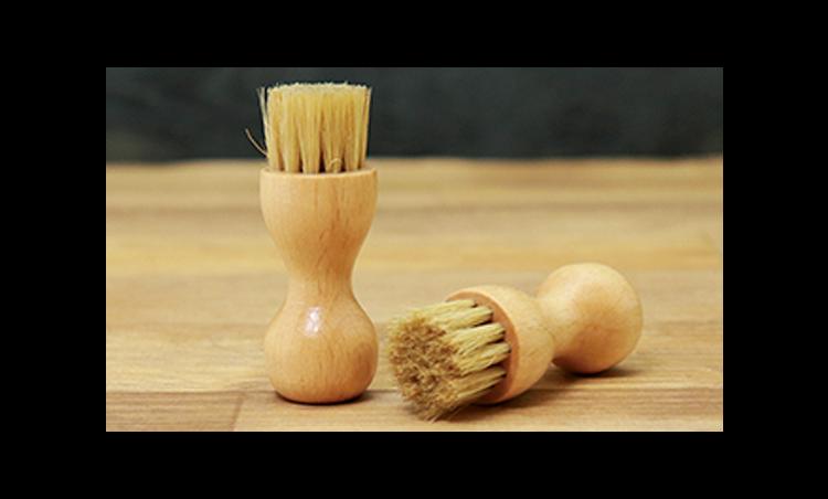 <p>「ペネトレイトブラシ」は、コバなどの細かい部分などに、少量のクリーム伸ばす際に使います。<br /> <small>ペネトレイトブラシ 400円/R&D</small></p>