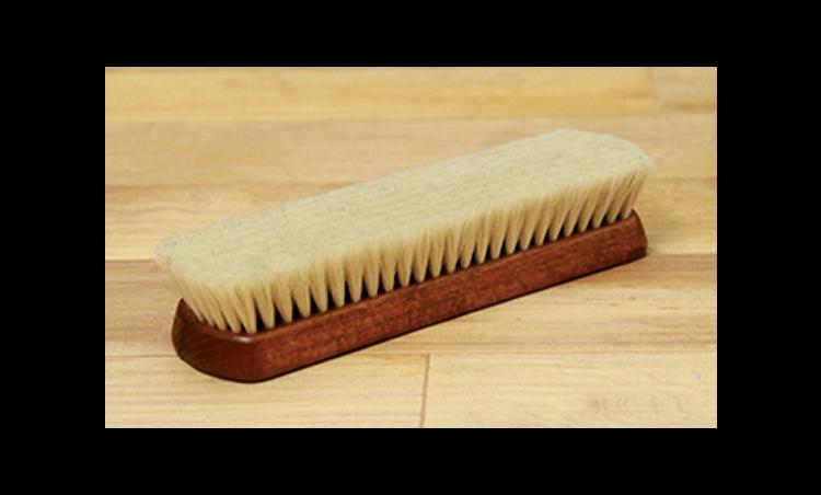 <p>「山羊毛ブラシ」は、鏡面磨きの艶出しに使います。<br /> <small>山羊毛ブラシ 3000円/R&D(以上R&D)</small></p>