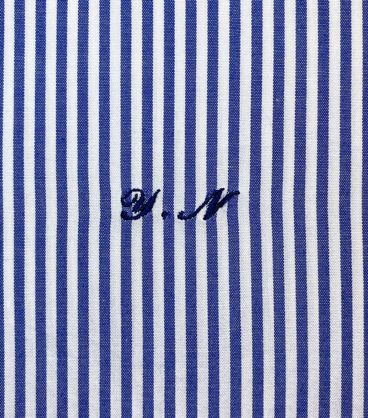 <p><strong>オーダーならではのイニシャル刺繍</strong><br /> イニシャル刺繍も見頃下にバッチリ縫われている。既製品ではまずお目にかかれない、オーダーならではの仕様だ。「Y.Nがしっかりと刻まれていて、まさに自分専用のシャツという感じです!」</p>