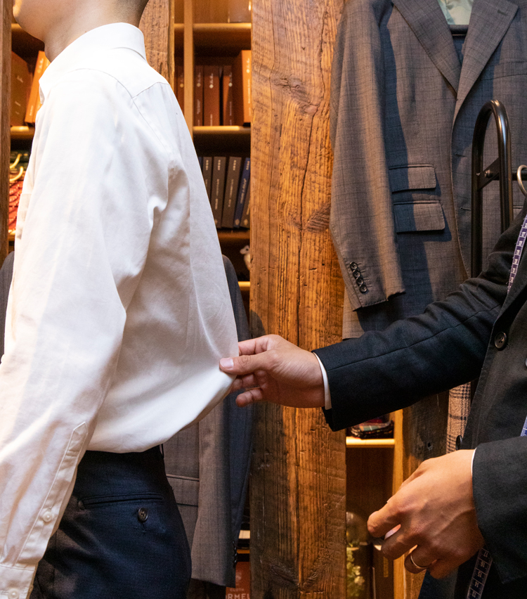 <p><strong>手持ちのシャツは、どこが問題か?</strong><br /> 手持ちのシャツはプロの目から見ても今一つ。「やはり胴回りですよね。だいぶ余ってしまっています。ここを絞ればだいぶ印象が変わると思いますよ。あとは、袖がやや短いですね。もう少し長めの方が、正統だと思います」</p>