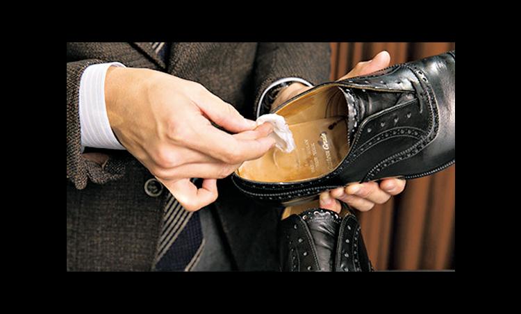 <p><strong>アルコールで中を拭く</strong><br /> アルコール(市販の消毒液で可)を含ませて、靴の中に溜まったホコリを取る。</p>
