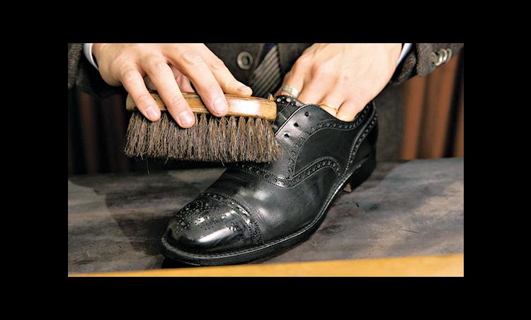 <p><strong>馬毛ブラシでホコリ取り</strong><br /> 毛足が長い馬毛ブラシを使って、靴全体を優しくブラッシング。ホコリを払う。</p>