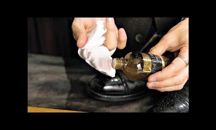 <p><strong>クリーナーで汚れを取る</strong><br /> クロスを指に巻き、500円玉大のクリーナーを付けて、古いクリームを拭き取る。</p>