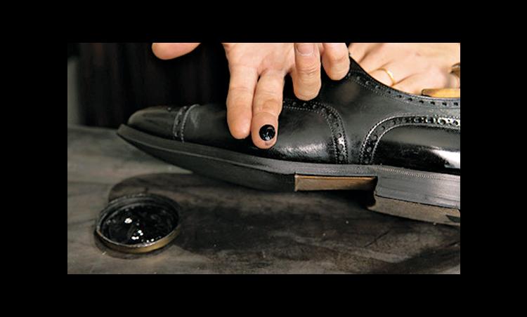 <p><strong>クリームを塗り込む</strong><br /> 米粒ひとつ分のクリームを指にとり、塗り込んでいく。履きジワ部分は入念に塗る。</p>