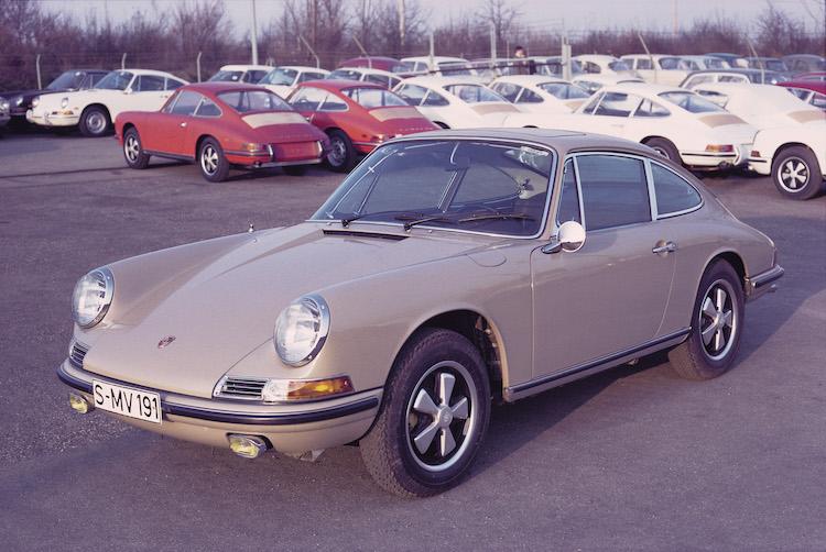 <p>1964年から1974年まで生産されたナローこと初代911。他と同じようにコードである901と呼ばれることもある。値段は軽く1000万円を超える個体ばかりだ。</p>