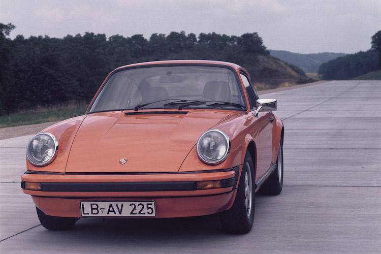 <p>1974年から1989年まで生産されたのが2代目911。930型と呼ばれるモデルで、丸目ヘッドライトを初代から受け継ぎつつ様々な箇所を近代化させた。ベースモデルなら600万円前後から購入できるが、上位グレードや程度の良い個体は1000万円を超えてしまう。</p>