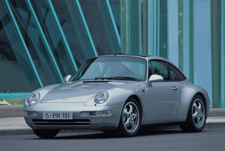 <p>各部の信頼性も上がった最後の空冷911となる993型。発売は1993年から1997年まで。初代から受け継いでいたヘッドライトまわりのデザインが変わったため、好みが分かれるところ。こちらも600〜700万円ほどから探すことができる。</p>