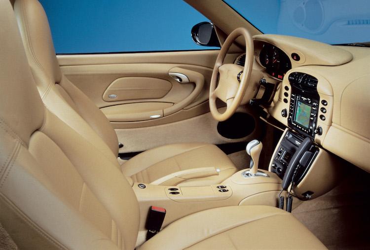 <p>初代からのインテリアデザインを踏襲しつつ、近代化が図られたインテリア。993よりホイールベースが拡大され車内スペースは170mmほど拡大。足下のスペースも広がり、居住性も高まっている。</p>
