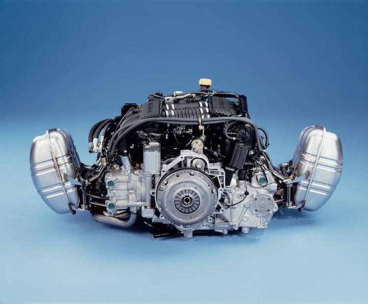 <p>タイプ996より採用された水冷水平対向エンジン。排気量はスタンダードグレードのカレラが3387cc(後期型で3596cc)、ターボは3600ccという数値になっていた。</p>
