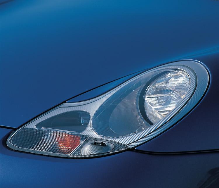 <p>エンジンの水冷化と共に、一部のファンから不評だったのがこのヘッドライト。「涙目」と言われるデザインは先に登場していたボクスターと共通だった。後期型で仕様変更される。</p>