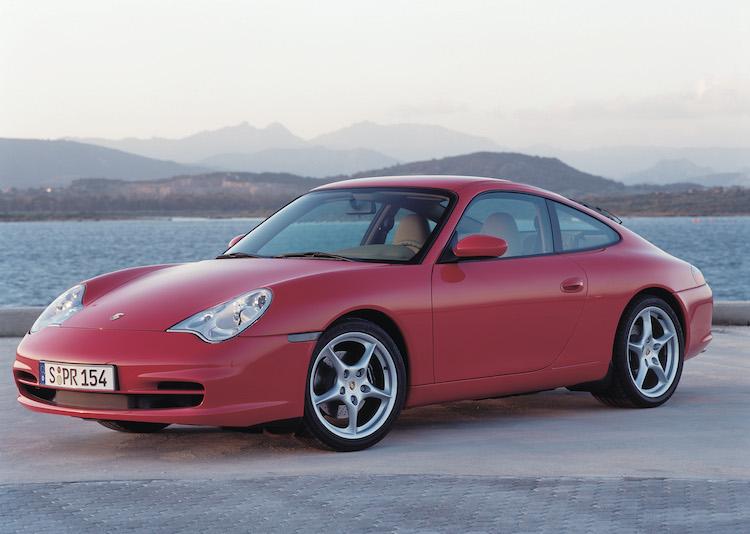 <p>2002年になって後期型へと移行した996。ボディサイズの変更などはないが、エンジンは排気量を拡大。重量は少し増えたがボディ剛性を上げるなど走行性能は高められていた。</p>