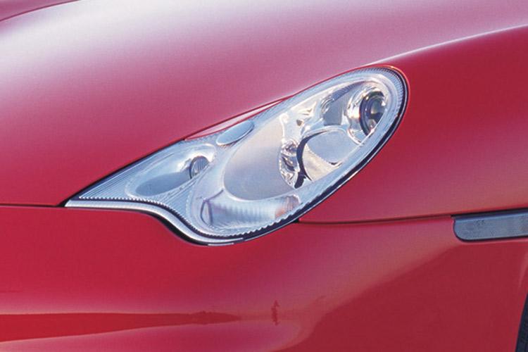 <p>前期型で不評だった「涙目」ヘッドライトは、前期型の911ターボが採用していたデザインに変更される。中身や構造はターボとは異なる仕様となっていた。</p>