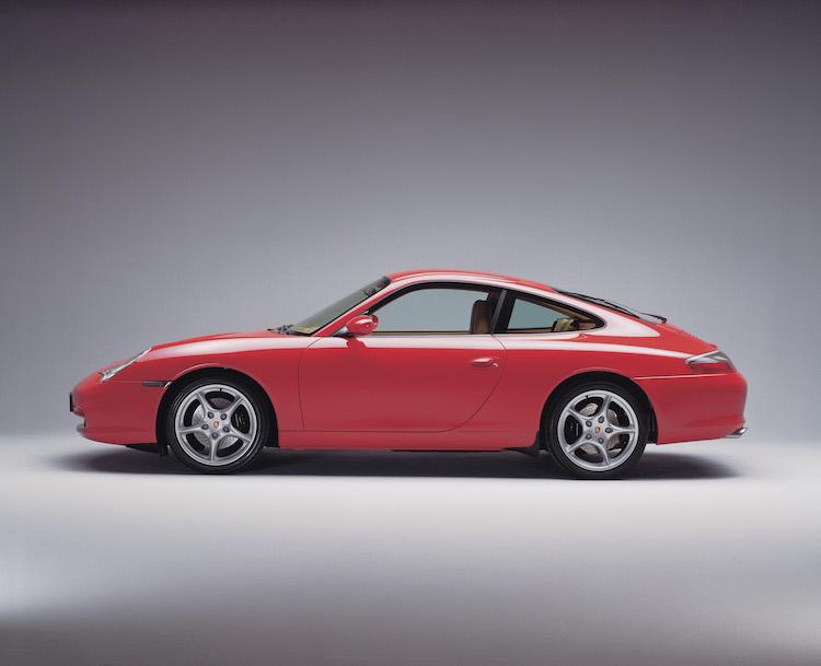 <p>996のボディサイズは全長4430×全幅1770×全高1305mm。最新世代の8代目911は全長4519×全幅1852×全高1300mm。それと比べれば996のコンパクトさが良く分かるはずだ。これも最新世代にはない魅力である。</p>