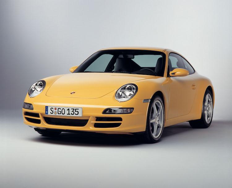 <p>996の後継となるのがこちらのタイプ997。2004年から投入されて、ヘッドライトは丸目型に戻されている。このデザインは997、991、992と3世代にわたり続けられている。</p>