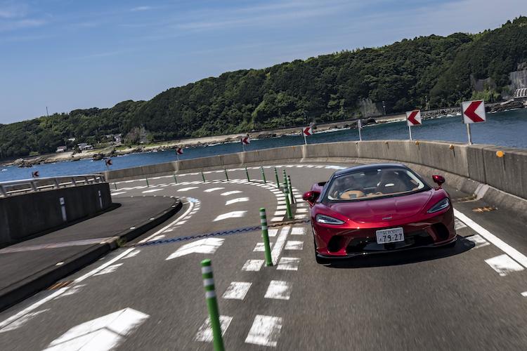 <p>本州最南端の串本から紀伊大島に向けて走ると、おおきなループ橋があった。絶好の撮影ポイントだ。</p>