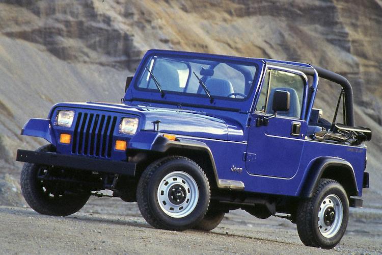 <p>CJの後継として1987年に登場したYJ型。四角いヘッドライトや角度の付いたグリルなどが特徴的だ。</p>