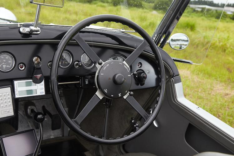 <p>オリジナルモデルのステアリングにはスロットルと点火の調整用レバーが備わっている。</p>