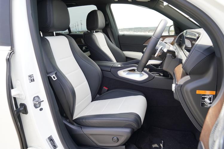 <p>座面中央にナッパレザーを用いたシートはパッケージオプション。シートカラーはブラックに加え、ブラックとホワイトのコンビが用意されている。</p>