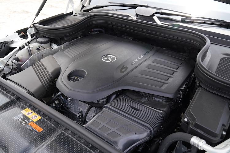 <p>コンパクトな3リッター直6エンジン(M256)にISGを組み合わせた。回生ブレーキにより発電し、約1kWhのリチウムイオンバッテリーに充電する。</p>