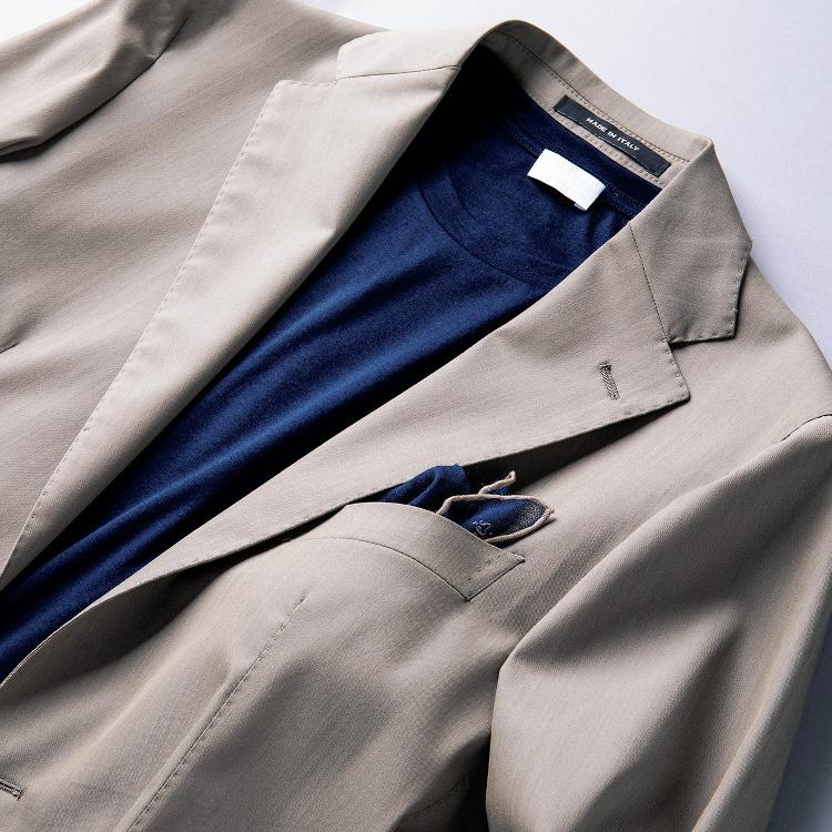 <p><strong>3位<br /> ビジカジで「Tシャツ×ジャケット」を上品に着るコツは?【1分で出来る胸元お洒落】</strong><br /> 一般的にTシャツはカジュアルな印象になりがちだがジャケットと合わせることで、今らしくビジカジで着ることができる。その際、気を配りたいのはTシャツ自体の生地感だ。写真のTシャツは番手の細いコットン素材のもの。Tシャツらしからぬシルキーな質感がジャケットの上質でしっとりした印象とマッチし、しっかりと上品に見えるのだ。<br /> <small>(2020年9月号掲載)</small></p>