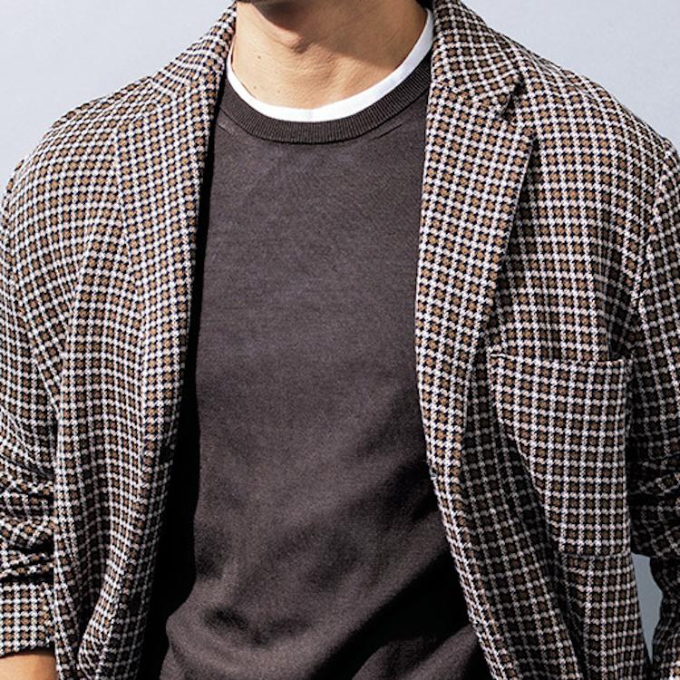 <p><strong>5位<br /> 白Tシャツを使った簡単なテクニックを伝授【1分で出来る胸元お洒落】</strong><br /> 日々のジャケット×クルーネックインナーの着こなしを簡単にアップデートする方法がある。それは白いTシャツを下に重ね着すること。首元に白色があることで色遣いにコントラストが生まれ、メリハリのある着こなしになるのだ。とても簡単なテクニックだが、洒落た印象になること請け合いである。<br /> <small>(2020年9月号掲載)</small></p>