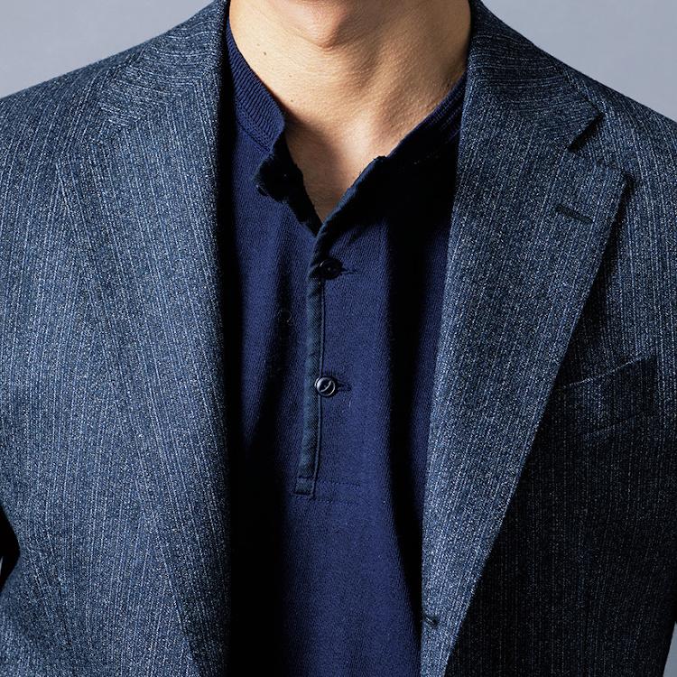 <p><strong>7位<br /> 丸首Tシャツとは一味違う、ヘンリーネックの着こなし方【1分で出来る胸元お洒落】</strong><br /> ジャケットの下のインナーとしては、クルーネックのTシャツが一般的だが、時には首元にボタンがついているヘンリーネックのTシャツをチョイスしてみてはいかがだろうか。ボタンのあるヘンリーネックは程よいアクセントになるのだ。ボタンをキッチリと留めずに敢えて上のボタンを外して着ると、軽快な印象に。<br /> <small>(2020年9月号掲載)</small></p>