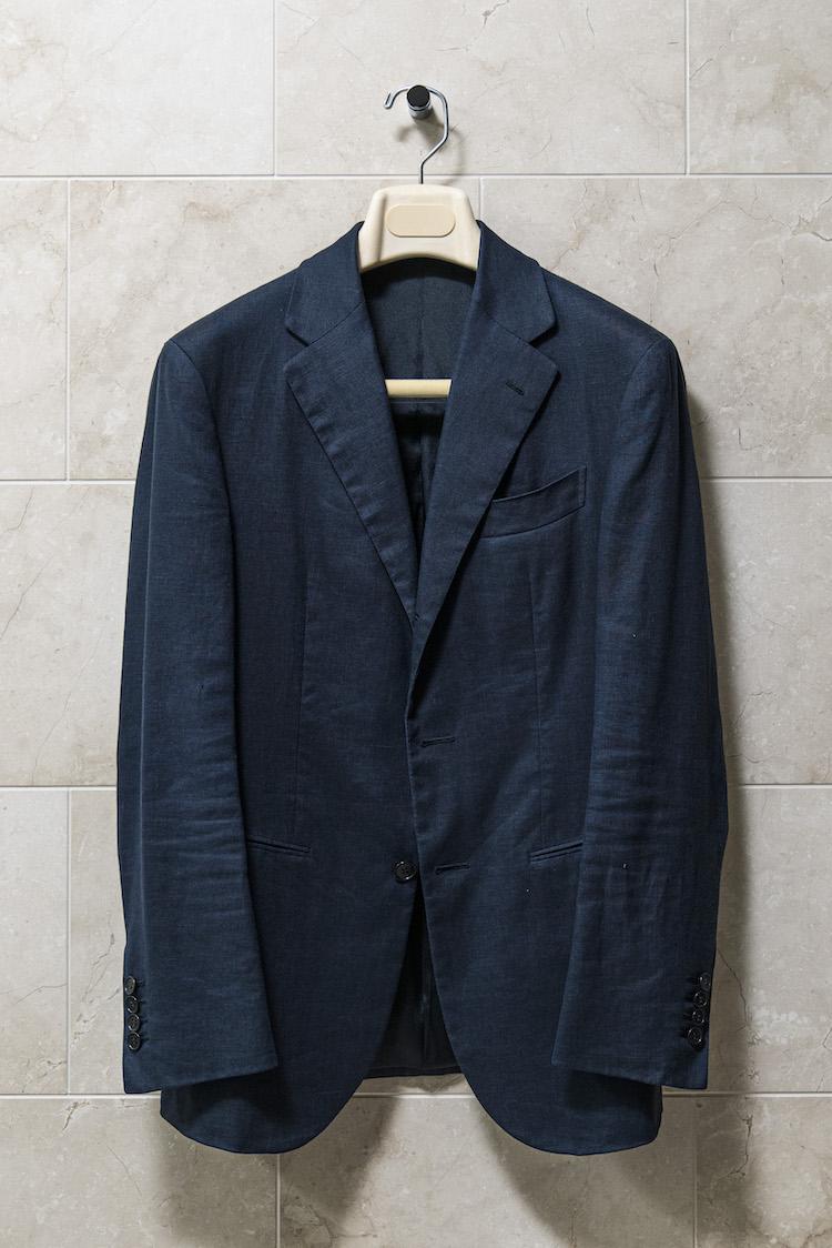 <p>7年ほど前に塗ったアイリッシュリネンのジャケット。素材はユーロテックス社製。「もともとはブラックだったのですが、日焼けしてチャコールグレーみたいな色になってしまいました(笑)」。</p>