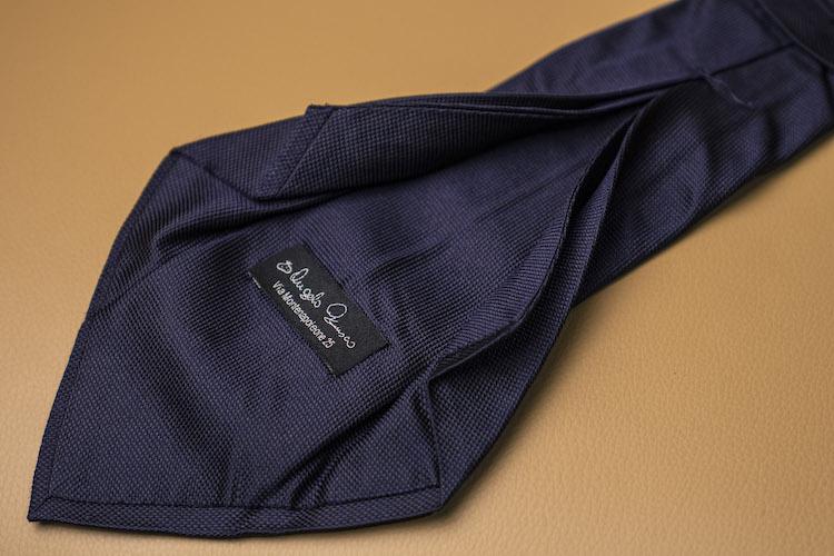 <p>【お気に入りのアイテム】アンジェロ フスコのタイは本格的なセッテピエゲで仕立てられている。</p>