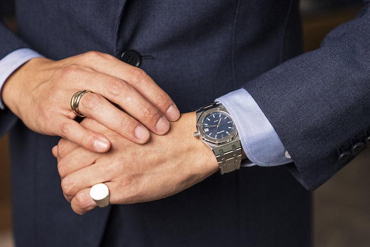<p>愛用の腕時計はオーデマ ピゲのロイヤルオーク。両手のリングはともに小ぶりで嫌味がなく上品さが漂う。リングは左手がトムウッド、右手がカルティエ。</p>