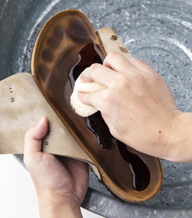 <p>2 濡れたスポンジに水をつけ、インソールを濡らす。</p>