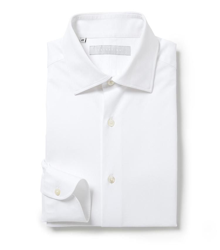 <p><strong>■エストネーションのストレッチシャツ</strong><br /> ベーシックなセミワイドカラーのホワイトシャツ。身体にフィットする細身のシルエットながら、伸縮生地による快適なストレッチ性を発揮。ビジネスシーンに最適な一枚だ。「上質な織物シャツのようなハリ感による仕立て映えの面持ちながらも、実はジャージー素材で伸縮性や、イージーケア性を兼ね備える一枚です」。<br /> 1万5000円(エストネーション)</p>