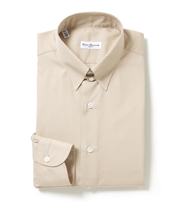 <p><strong>■エリコ フォルミコラ タブカラーシャツ</strong><br /> クリーンな着こなしを叶える淡いベージュを纏ったコットンポプリンのドレスシャツ。襟型は、タイドアップをクラシックにみせるタブカラーを採用し、身体のラインに沿った、バランスの良いシルエットもポイント。身に着ける人の魅力を引き出すドレッシーな一枚だ。「細身のフィッティングでありながらストレスを感じない着心地を生み出す、伝統的なナポリのハンドメイド技術を駆使した縫製が特徴です」。<br /> 2万4000円(エストネーション)</p>