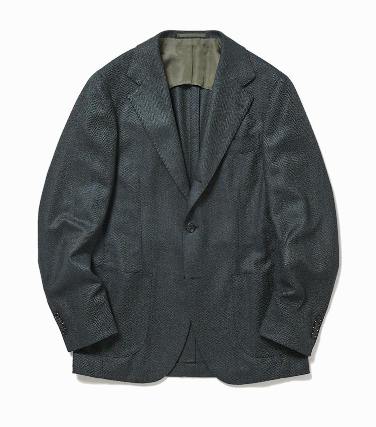 <p><strong>2.ブリッラ ペル イル グストのグリーンジャケット</strong><br /> 生地は多色の糸を織り込んだロロ・ピアーナの「ドリームツイード」。グレイッシュなグリーンは洗練された都会的な雰囲気で、コーディネートが一気にこなれる。ツイードらしからぬ柔らかな素材感にも魅了。9万円(ビームス 六本木ヒルズ)</p>